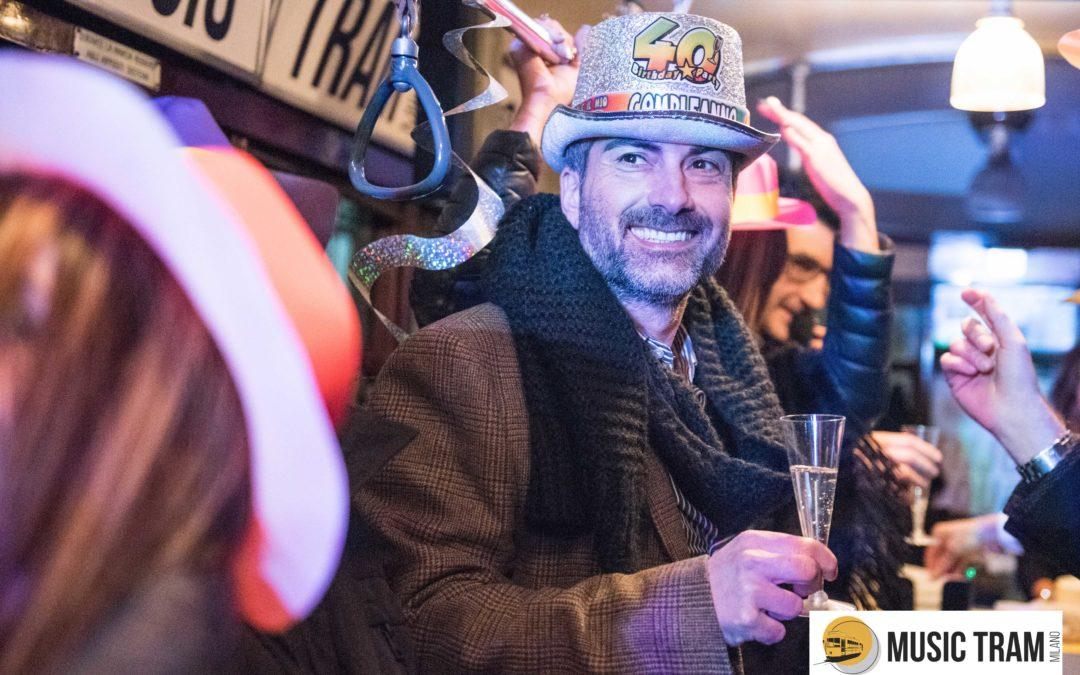 Compleanno sul tram a Milano, Dario festeggia 40 anni